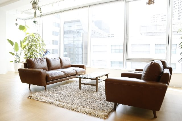 コーナーソファを通販で提供する【モーム】が「対面型」のソファ配置をご紹介!